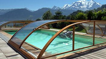 abri bas de piscine, imitation bois sur rail au sol