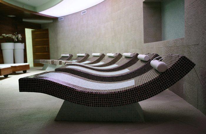 Transats de hammam en béton carrelé, hôtel à Verbier, Valais