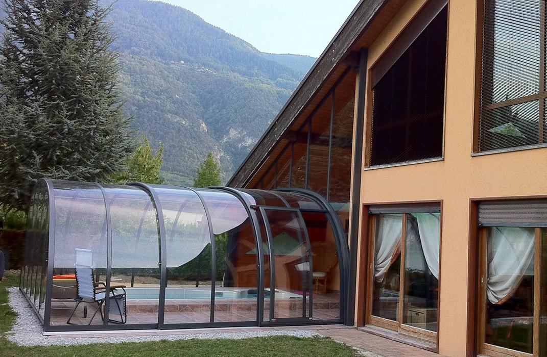 Abri de spa de nage, intégration sur façade, région Valais