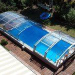 Abri de piscine angulaire sur rails, vue de dessus