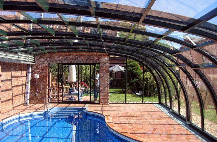Abri de piscine adossé télescopique, remplissage polycarbonate