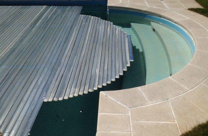Couverture de piscine sur-mesure : volet roulant automatique adapté a un escalier roman