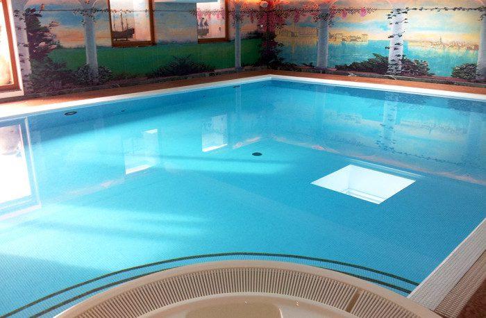 Piscine miroir et spa à débordement avec traitement automatique de l'eau par ozone, régulation de PH et ORP