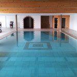 Piscine miroir intérieure et sauna, chalet privé en Valais