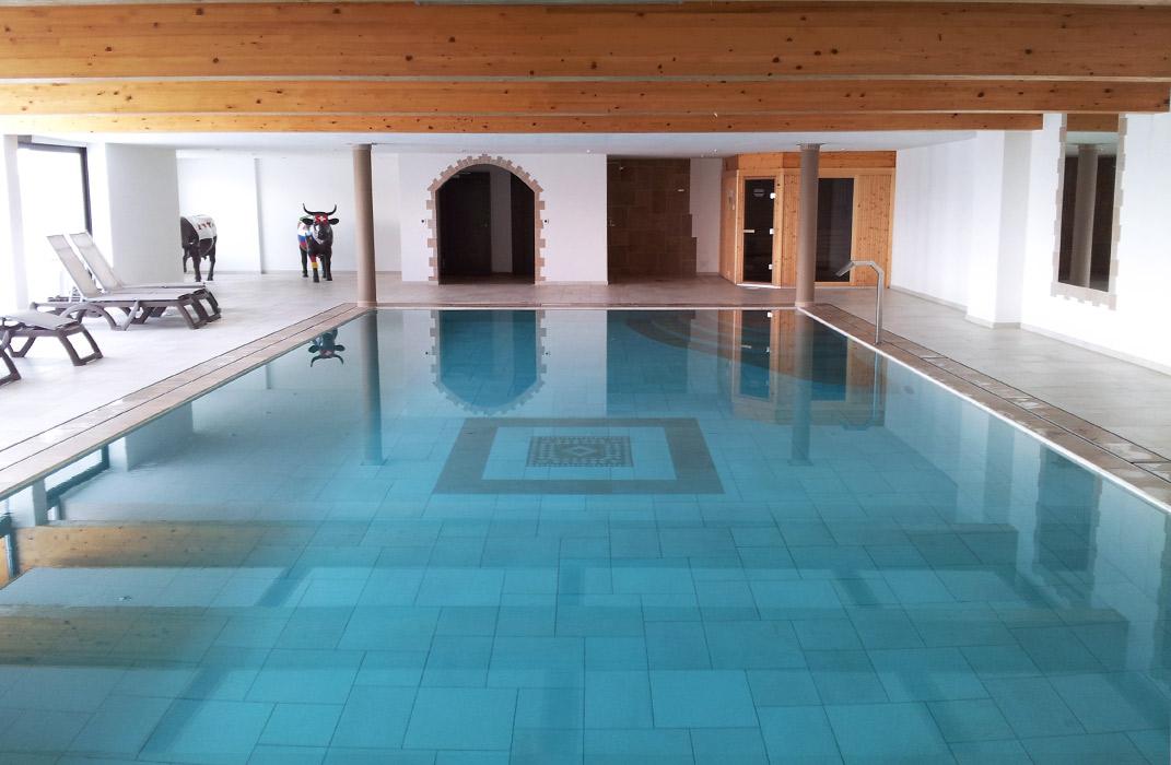 Piscines : Piscine miroir intérieure et sauna, chalet privé en Valais