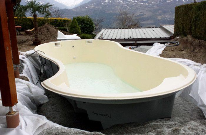 Installation de piscine extérieure : mise en place de coque polyester