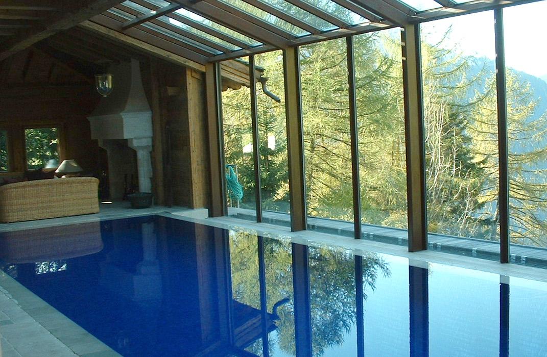 Piscine intérieure équipée de traitement d'eau par ozone