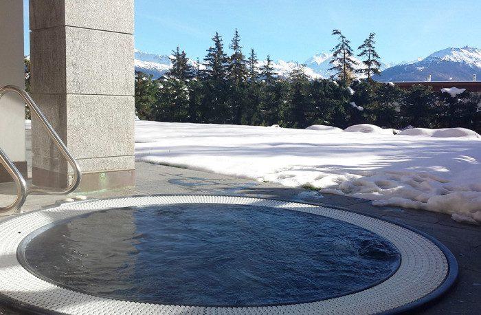 Spa Jacuzzi encastré sur terrasse, immeuble Le flocon des neiges à Crans-Montana