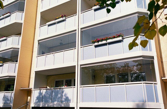 Stores et coupe-vent - Fermeture de balcon coulissant-pivotant, immeuble