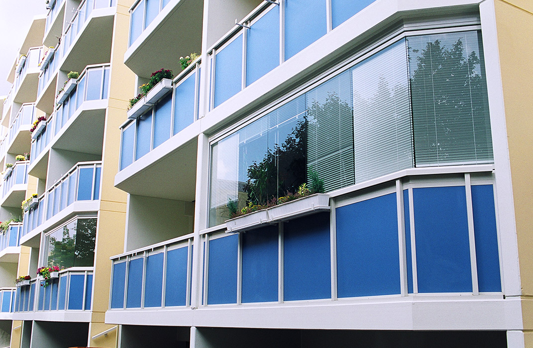 Stores et coupe-vent - Fermeture de balcon en verre coulissant-pivotant