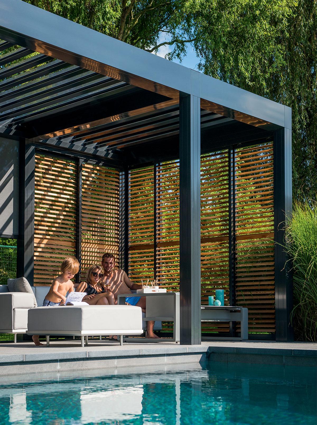Piscine extéreire et terrasse avec pergola à lames